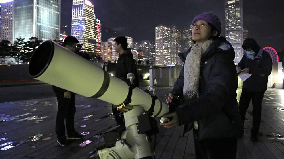 Rymdentusiaster laddar upp i Hongkong.