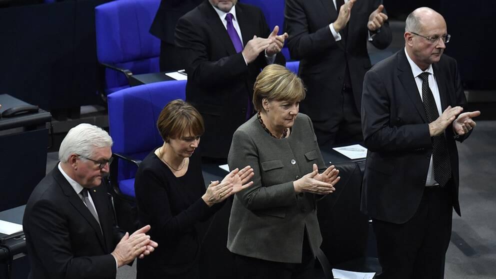 Tysklands president Frank-Walter Steinmeier och hans fru Elke, förbundskansler Angela Merkel och vice ordförande i författningsdomstolen, Ferdinand Kirchhof.