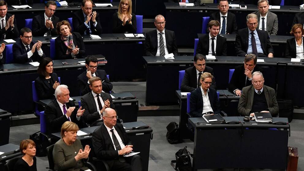 Parlamentsledamöterna från Alternativ för Tyskland applåderade inte när Tysklands flyktingpolitik lovordades av en överlevande efter förintelsen vid en minneshögtid i förbundsdagen.