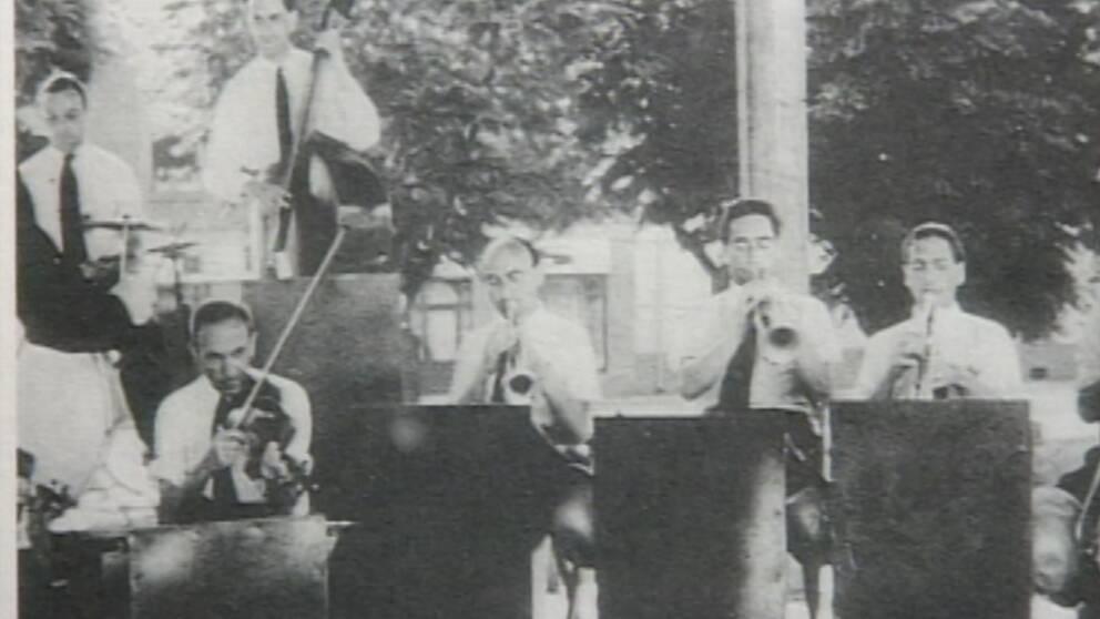 Coco Schumann fick jobbet som trummis i lägerorkestern i Theresienstadt.