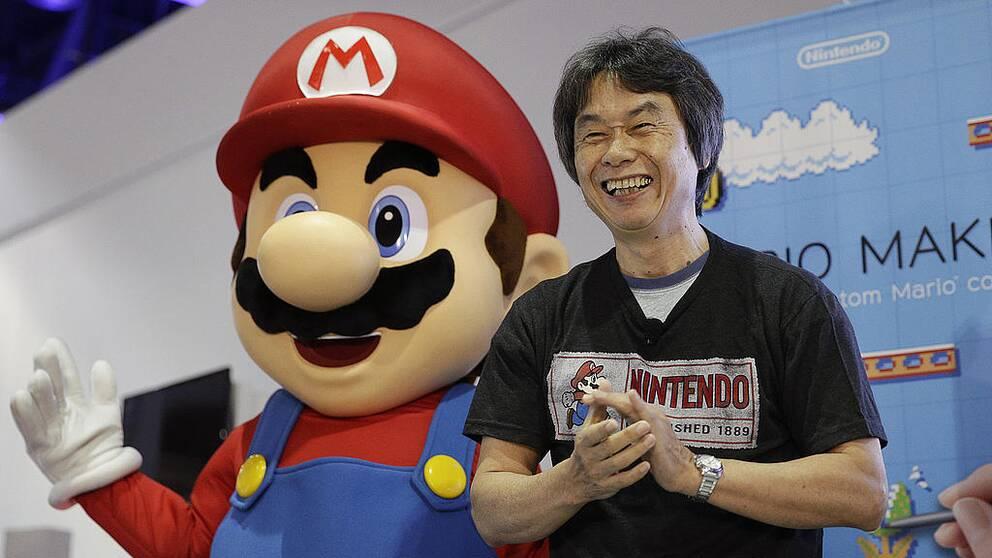 Tv-spelsfiguren Mario och hans skapare.