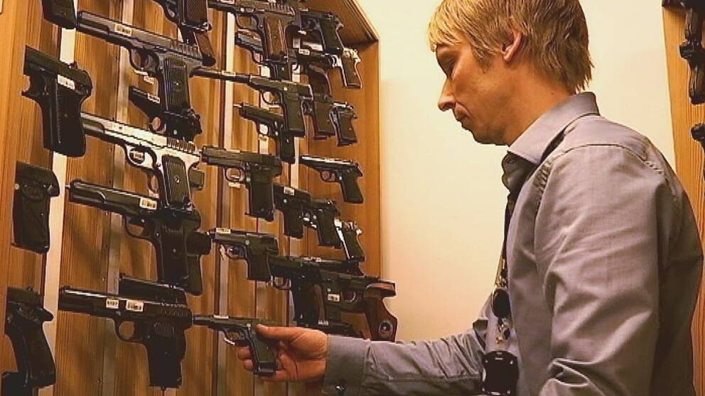 Mikael Högfors, gruppchef hos Nationellt forensiskt centrum, NFC, vapen