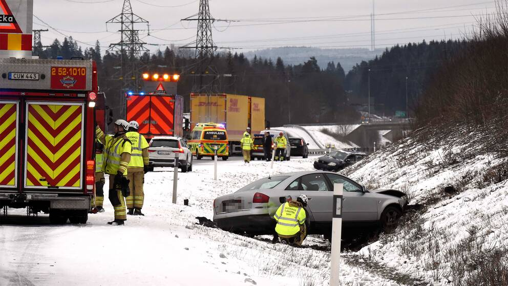 Flera olyckor i halkan på riksväg 40 utanför Borås under fredagsförmiddagen.