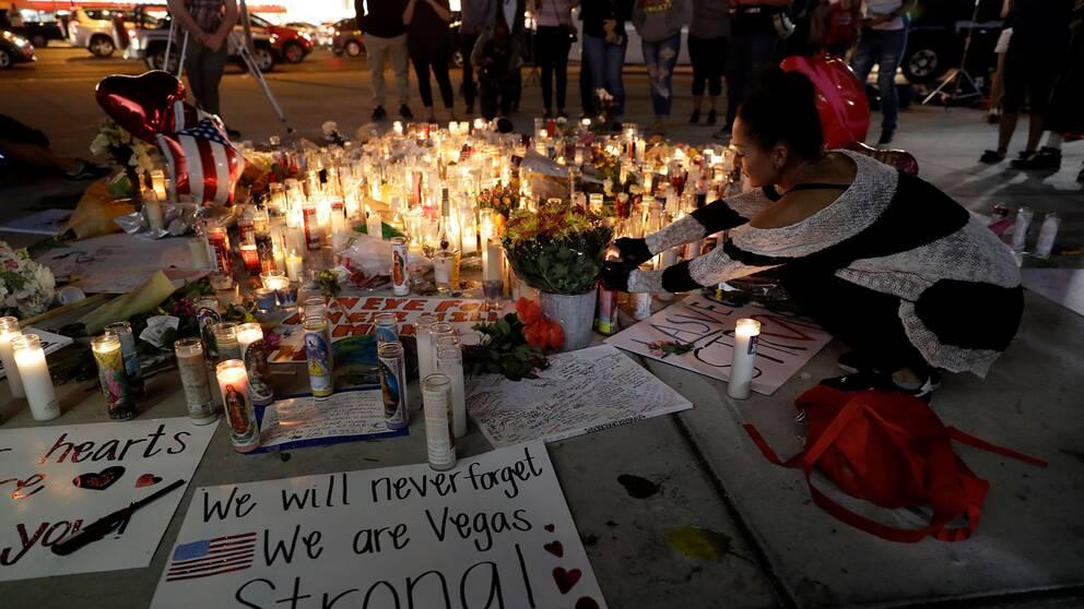 Människor tänder ljus vid en minnesplats för offren i Las Vegas