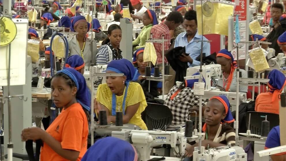 Textilarbetare jobbar på i fabriken i Hawassa.