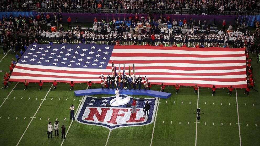 Artisten Pink framförde nationalsången inför NFL-finalen i Minneapolis, USA.