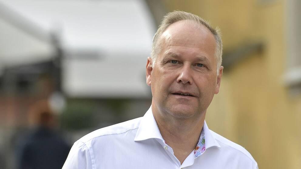 Jonas Sjöstedt (V) i vit skjorta.
