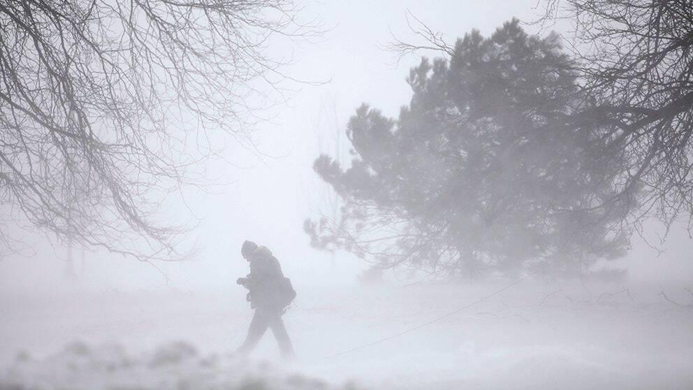 En person rör sig i snöovädret.