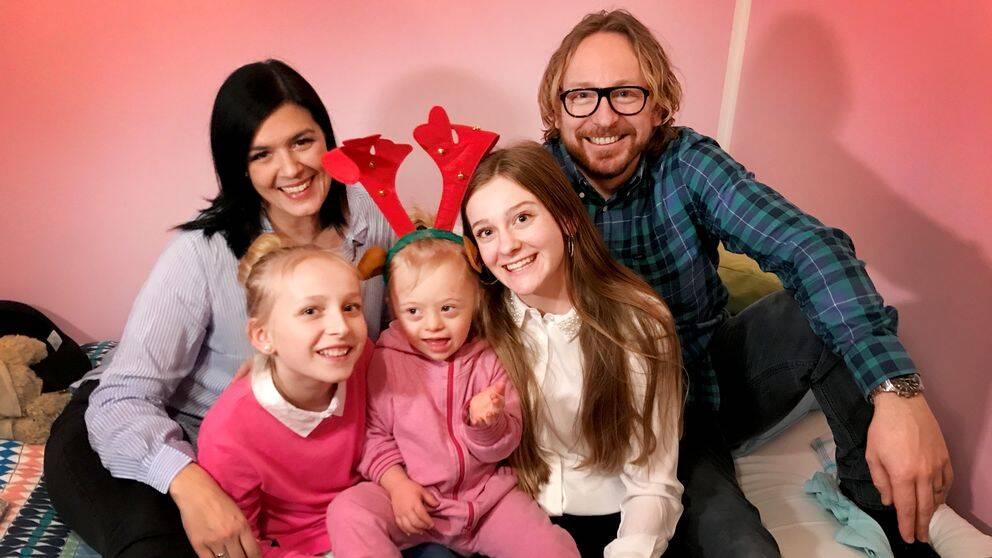 Familjen Wenthe samlad, Linda och Niclas tillsammans med de tre barnen.