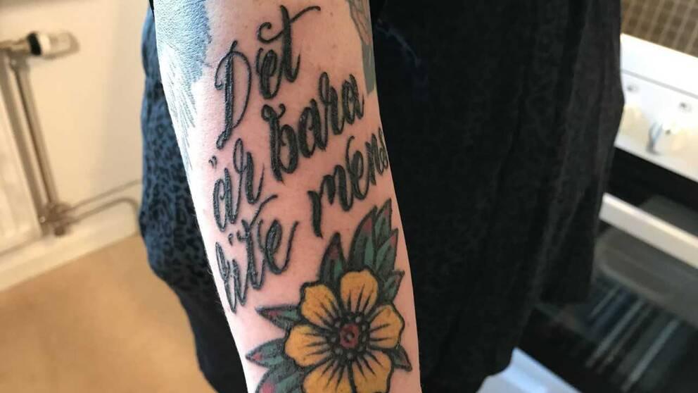 """En tatuering där det står """"Det är bara lite mens"""""""