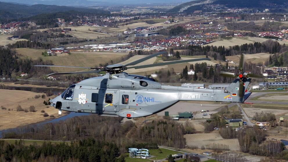 En prototyp av helikoptern NH-90 flyger i luften.