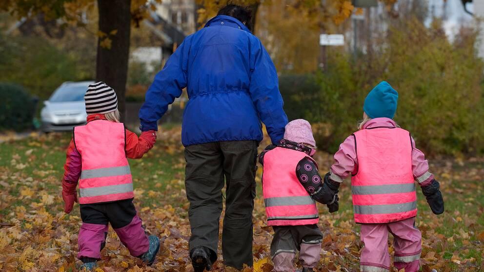 Förskollärare med barn.
