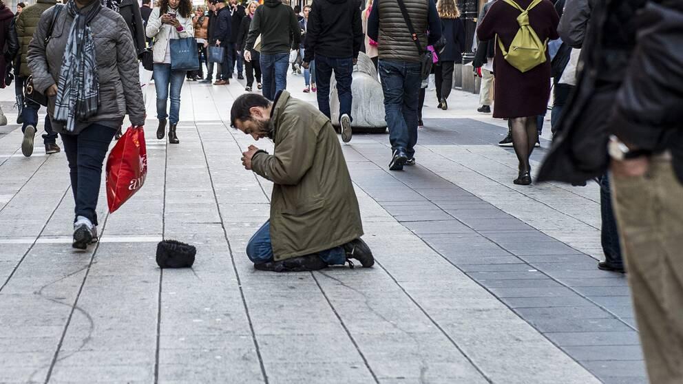 Tiggare på Drottninggatan i Stockholm /arkivbild okt 2015