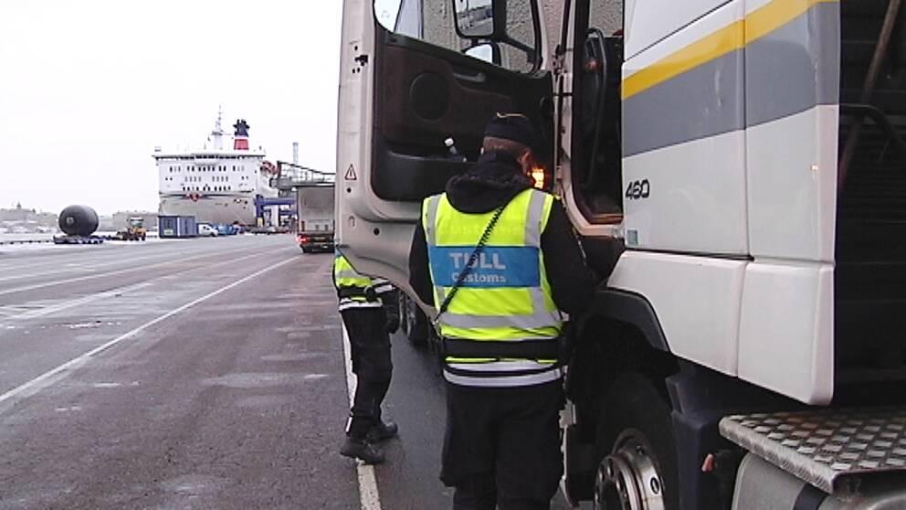 Även om Tullverket hittar stöldgods i ett fordon på väg ut ur landet så kan de inte göra något. De saknar befogenheter.  I Göteborg har tullpersonal stått och sett på när skåpbilar med stulna båtmotorer rullat på Danmarksfärjan utan att kunna hindra det.