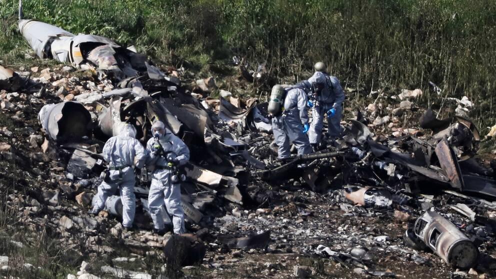 Israelisk militär undersöker resterna av det kraschade F-16-planet.