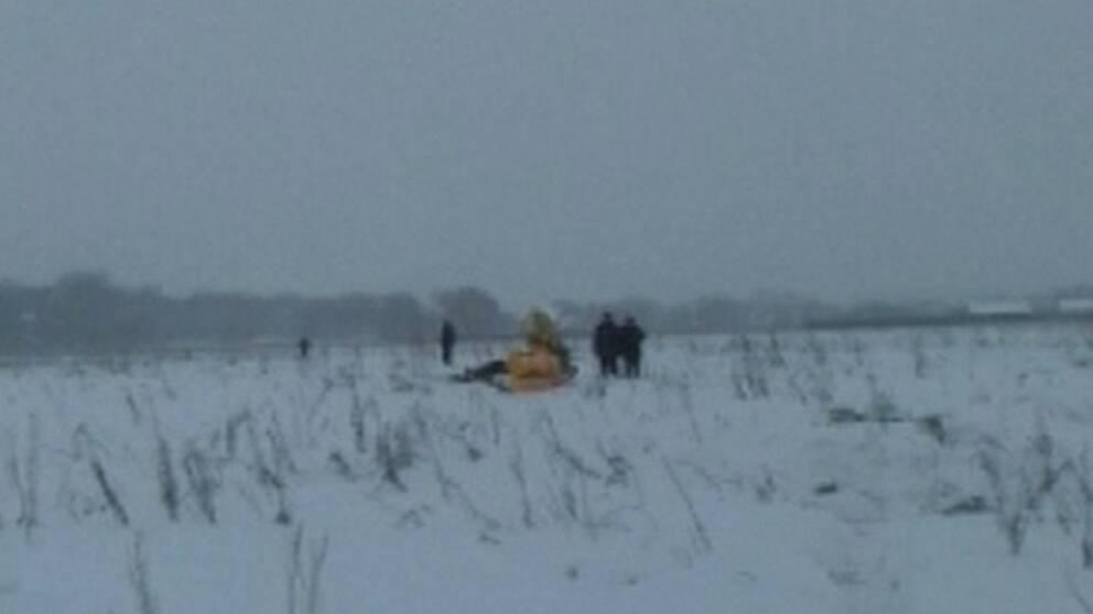 Vrakdel från flygplanet som kraschat i närheten av Moskva i Ryssland.