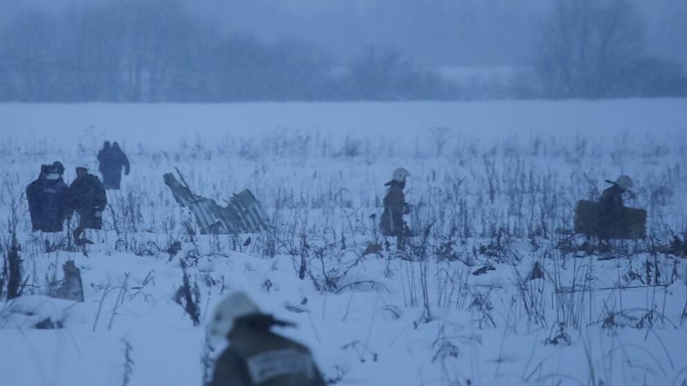 Räddningspersonal på snöig äng.