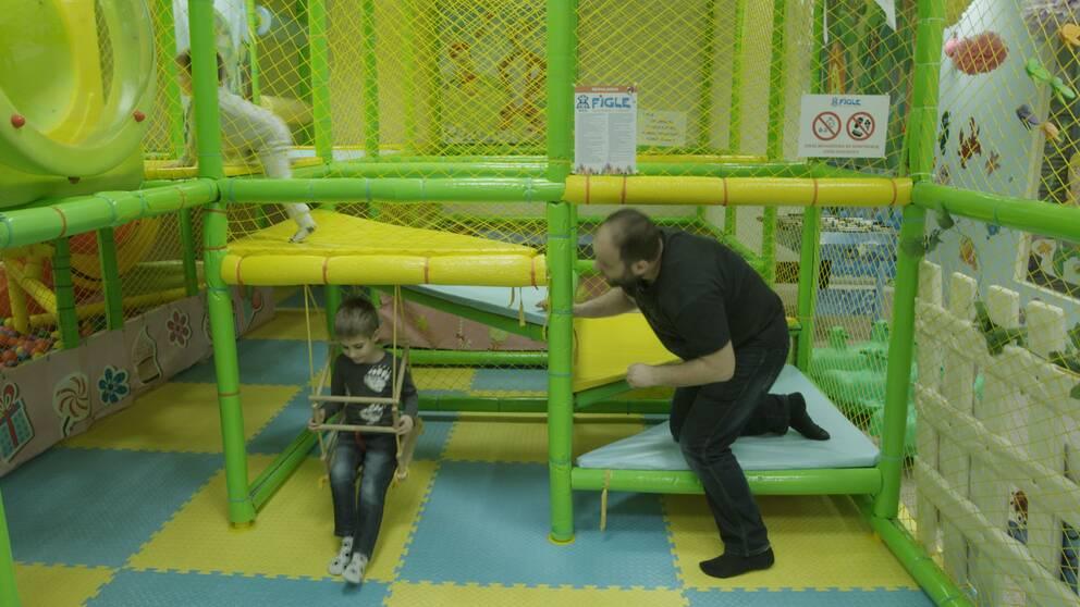 Marcin Kreis besöker ett lekland med sina barn.