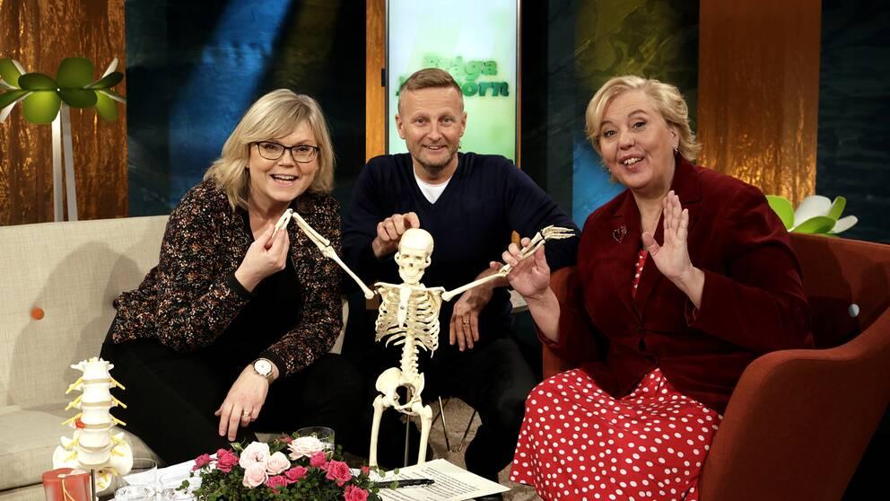 Gunilla, Per, Suzanne och ett skelett.