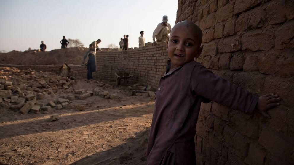 Barnarbete är ett känt problem i Pakistan, trots att landet förbjuder att man utnyttjar barn. På landets tegelfabriker är barnarbete vanligt förekommande.