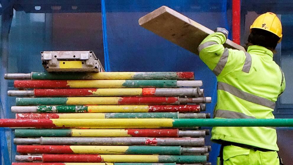 En byggnadsarbetare. Bland annat byggnads- och anläggningsbranschen ... c0ff4d791c51d