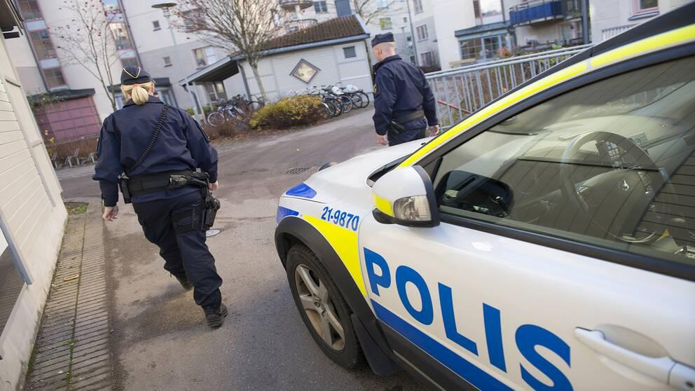 Polisbil, poliser, patrull,