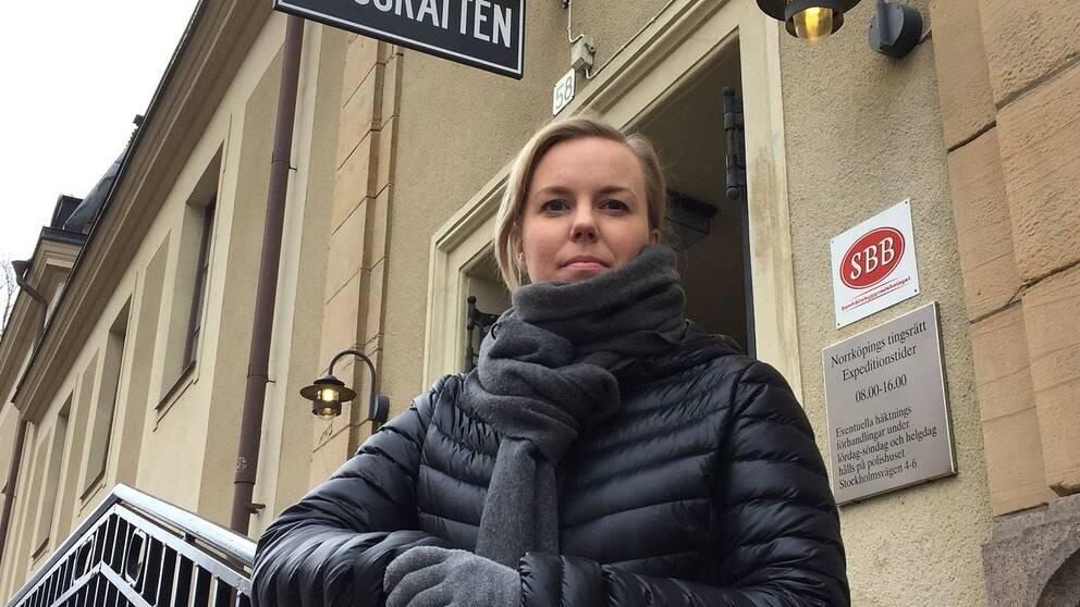 Linda Snecker (V) utanför tingsrätten