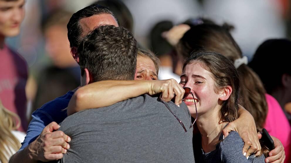 En familj återförenas efter skolskjutningen i Parkland
