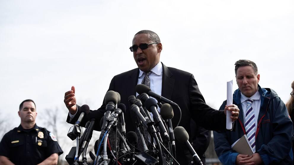 FBI-agent Gordon Johnson talar vid en presskonferens.