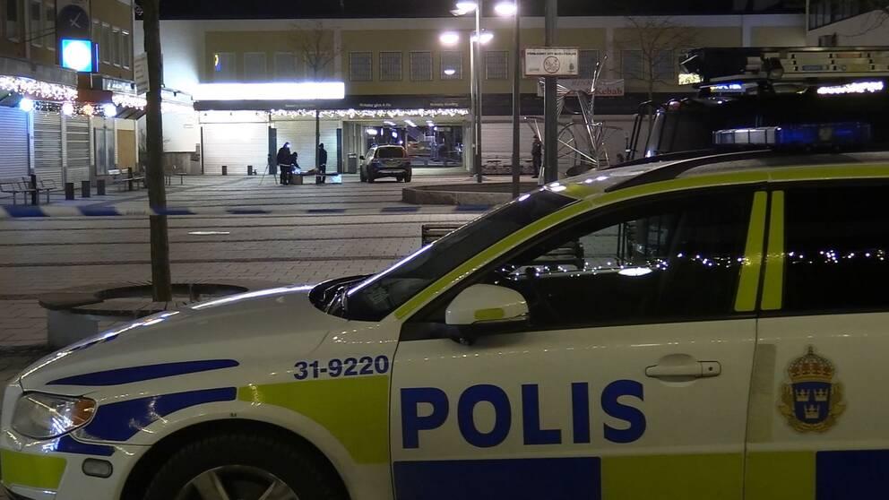 8d47d9ec1bb2 Man med kniv skjuten i benet av polis i Rinkeby | SVT Nyheter
