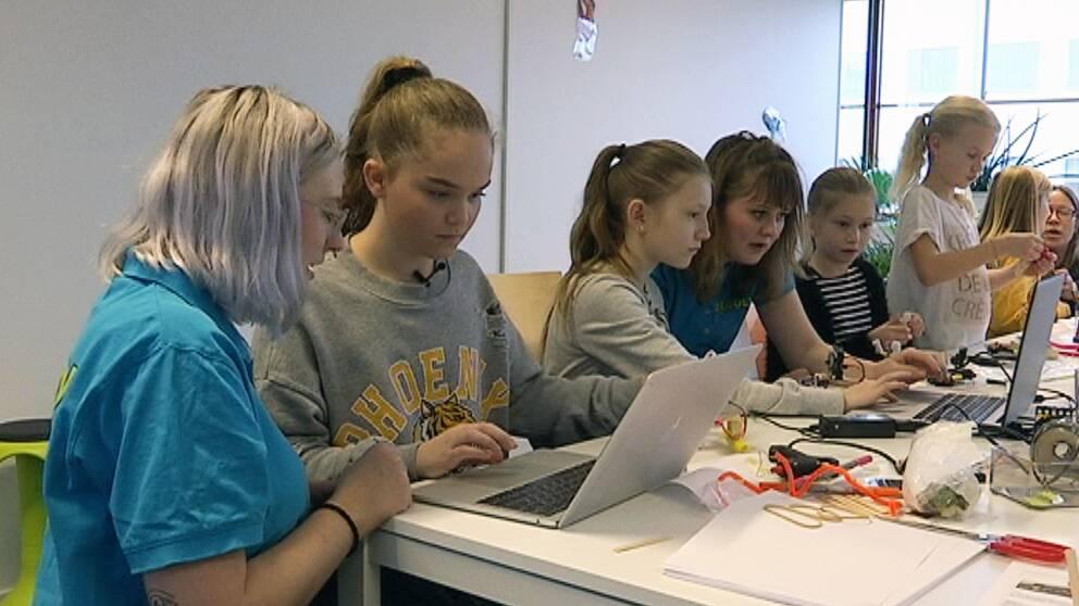 Flera tjejer i åldern 9-12 år lär sig programmera robotar på Lindholmen i Göteborg.