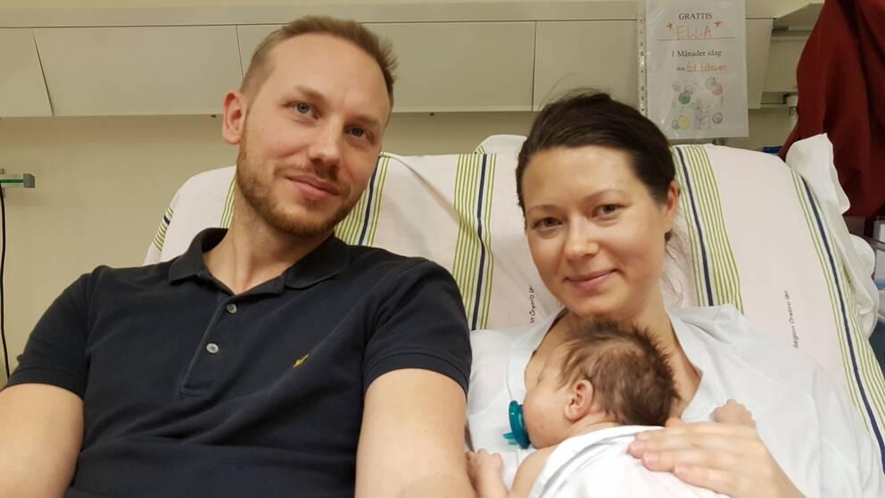 Pappa Niklas Malmgren och mamma Hanna Masko är glada att Ella får smärtlindring när man tar prover på henne.