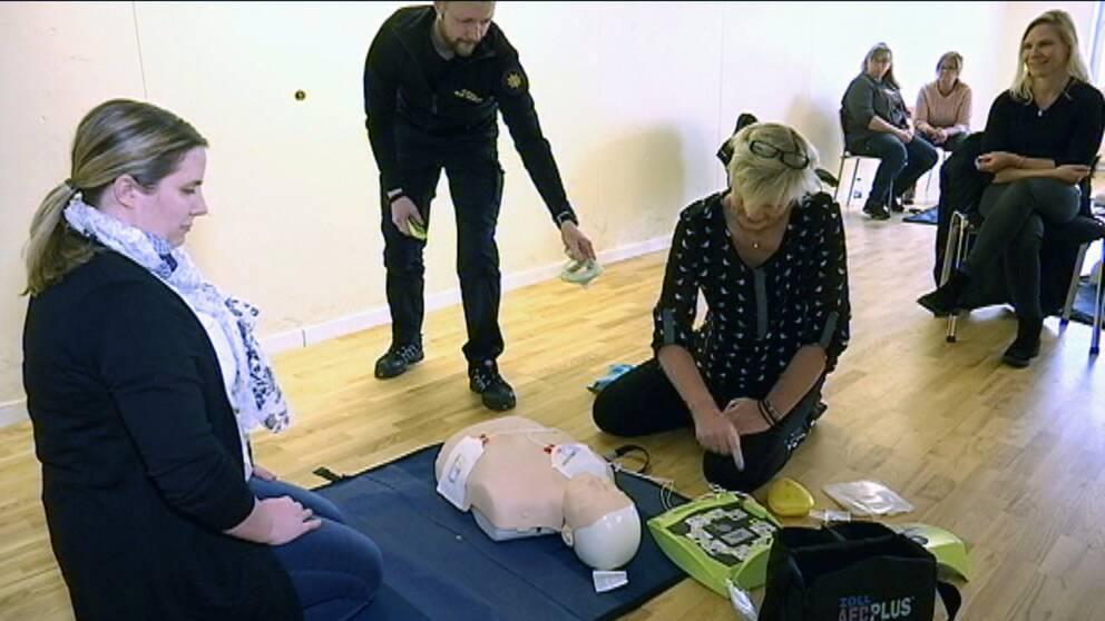 Hemtjänstpersonal som får instruktion i hjärt- och lungräddning.
