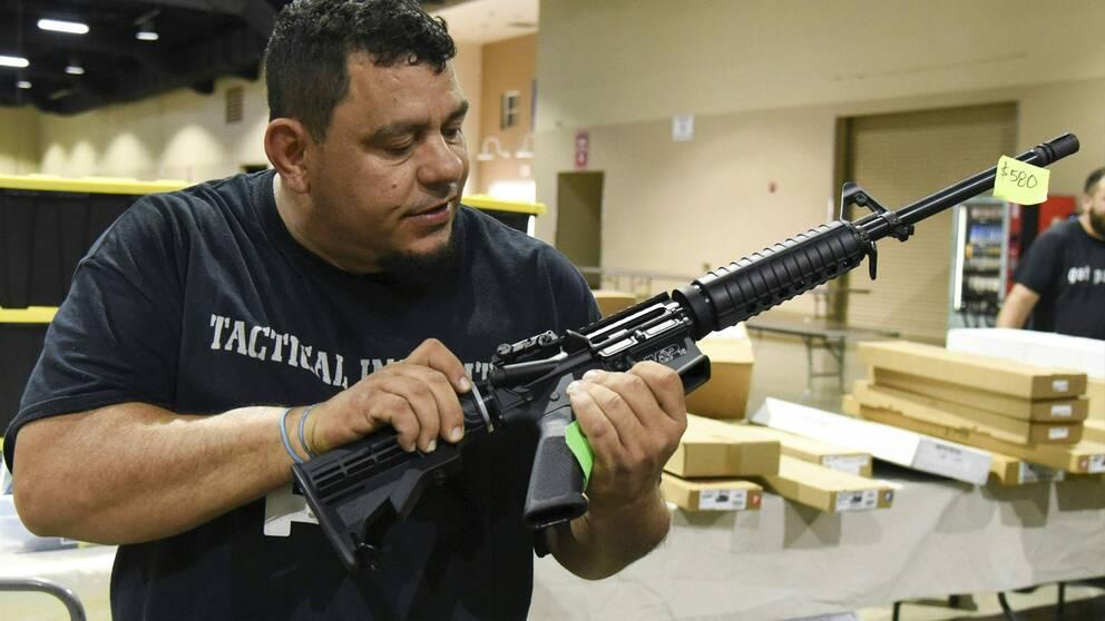 En man håller i en AR-15
