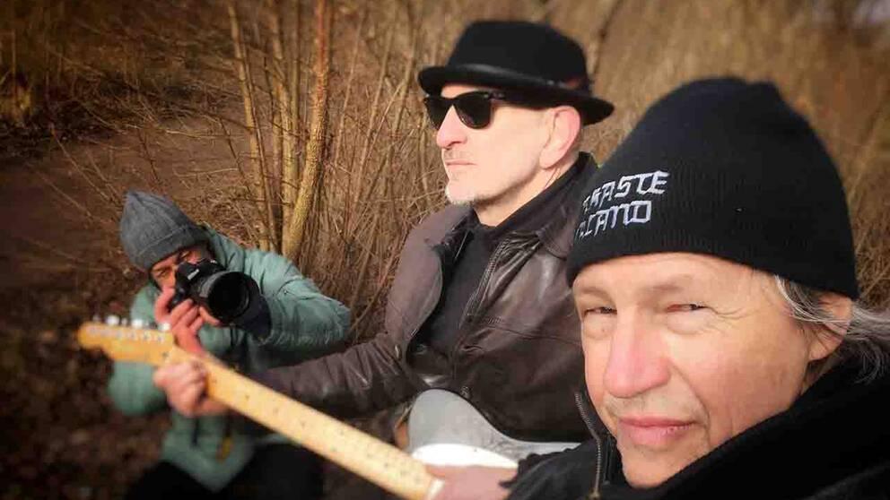 Musikkollegorna Anders Ragnarsson och Per Olin blir filmade av Anders Wieslander under arbetet med hyllningslåten.