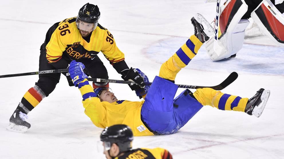 Tysklands Yannic Seidenberg darr omkull Sveriges Pär Lindholm under herrarnas kvartsfinal i ishockeymatchen mellan Sverige och Tyskland i Kwandong Hockey Centre under vinter-OS i Pyeongchang, Sydkorea.