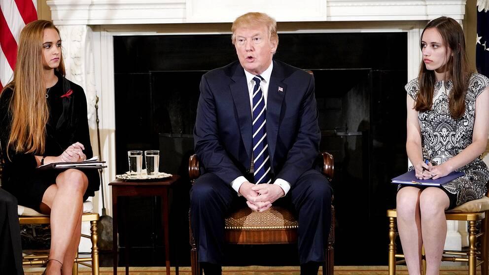 Donald Trump bredvid två av eleverna från Marjory Stoneman Douglas High School, Florida, en vecka efter den dödliga attacken.
