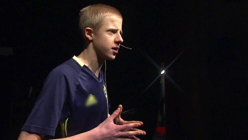 Eleven Jacob Heed Olsson på scenen.