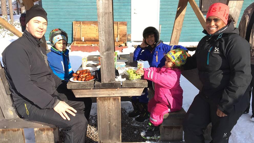 Therese Hjalmarssons barn fick testa på skidåkning för första gången. Själv var det åtta år sen hon själv stod på ett par skidor, berättar hon.