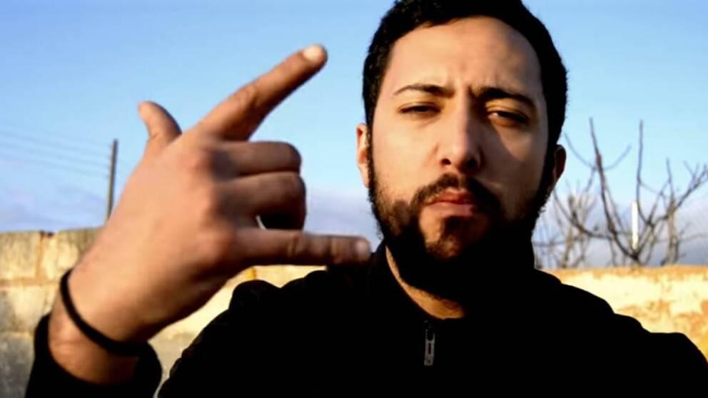 Rapparen Valtònyc gör en handgest.