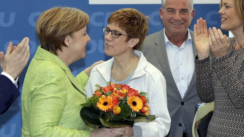 Angela Merkel gratulerar Annegret Kramp-Karrenbauer till valsegern i Saarland 2017.