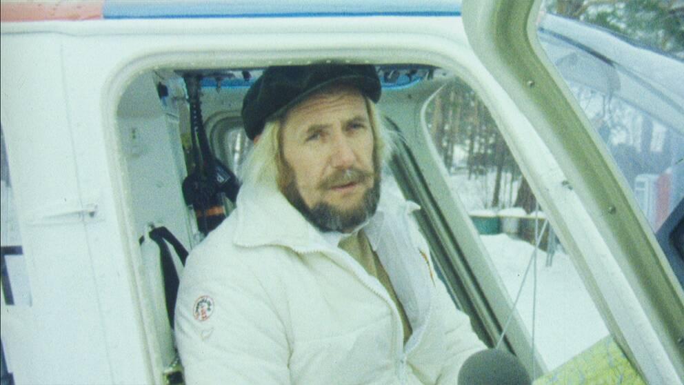 gammal bild på man i helikopter