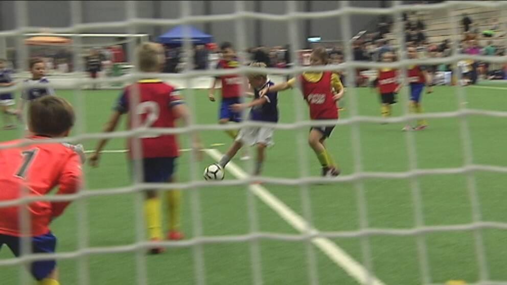 Från och med nästa år gäller nya nationella spelregler för barn- och ungdomsfotbollen. Allt skall anpassas efter barnen och deras utveckling, bland annat skall planstorlekarna minskas.