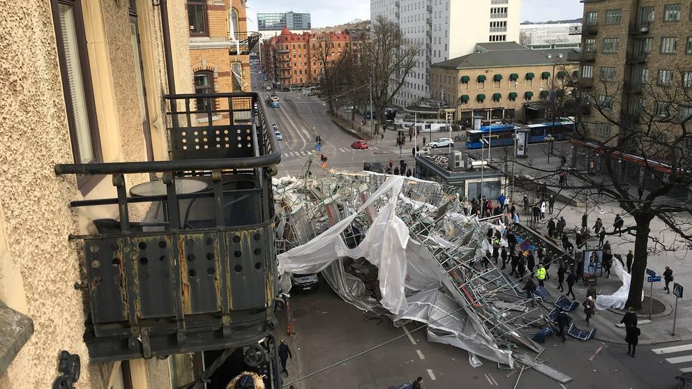 På Engelbrektsgatan i korsningen vid Avenyn i Göteborg har en stor byggnadsställning rasat i blåsten.