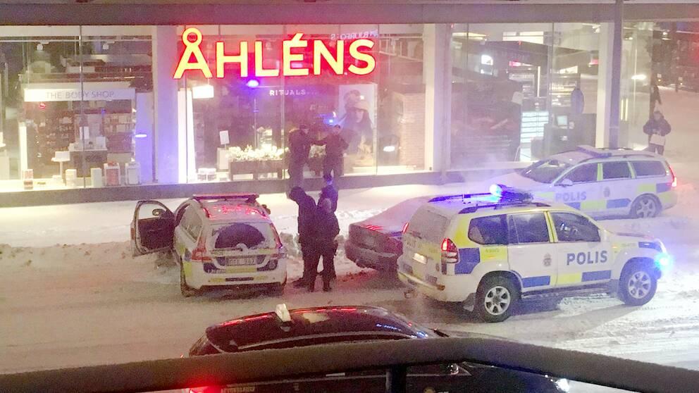 Bilen stoppades vid Åhléns-huset vid Skanstull