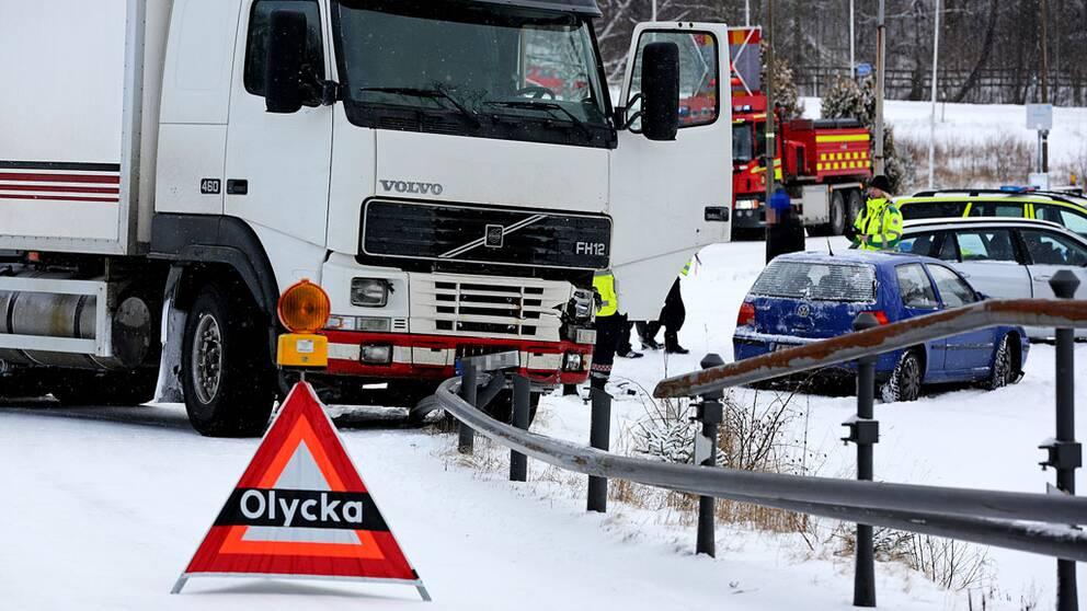 Lastbil och personbil i krock e6 avstangd