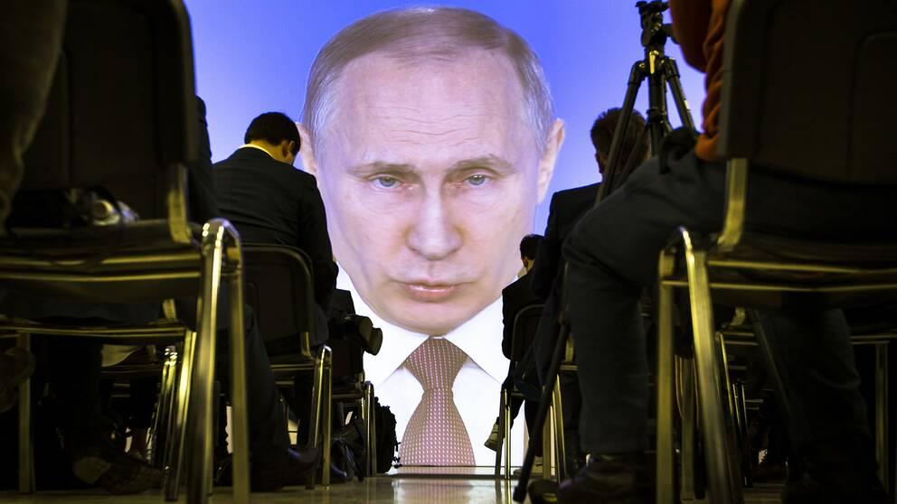 Vladimir Putin håller tal till nationen.
