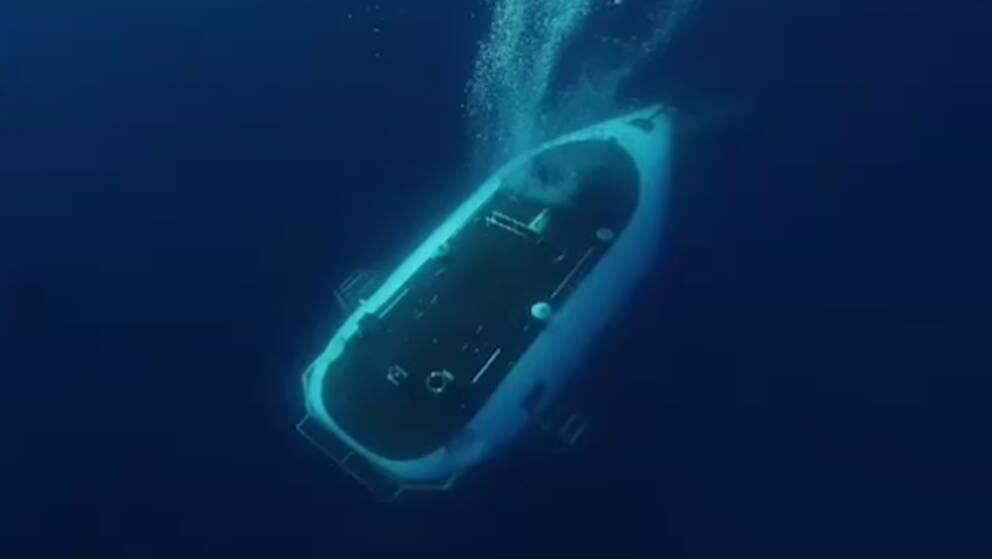 Ubåt dyker ned i havsdjupet.