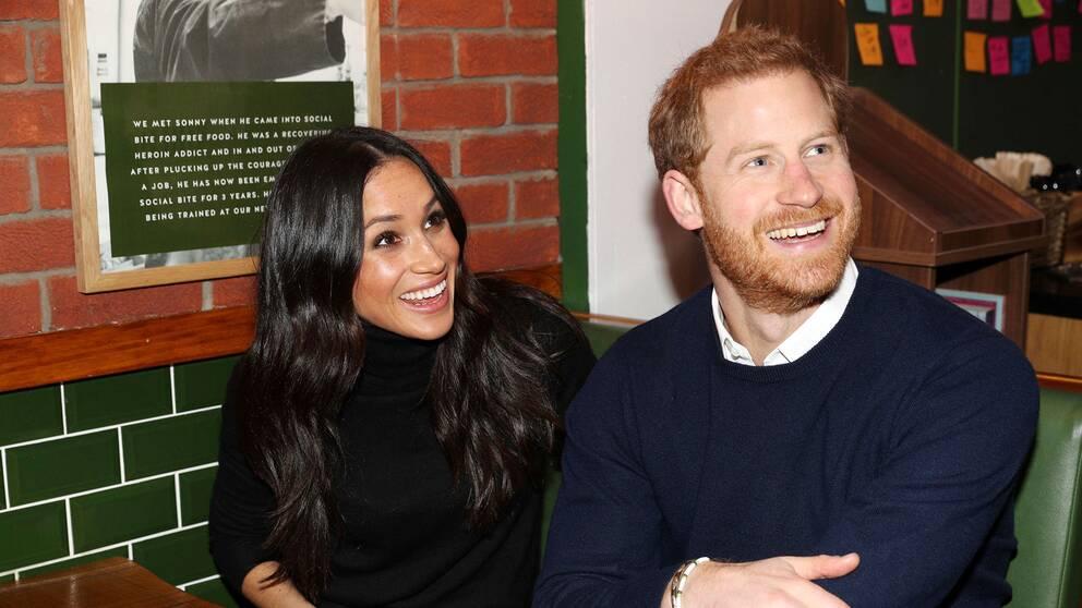 Meghan Markle och prins Harry besöker en pub i Edinburgh, Skottland, tidigare i Februari.