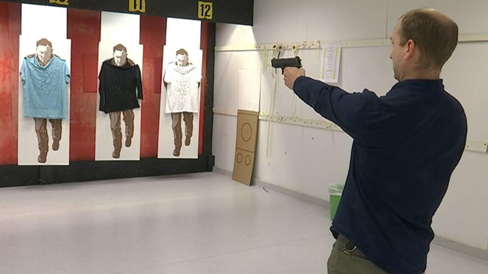 SVT:s reporter Patrik Rosell testar polisens pistol.